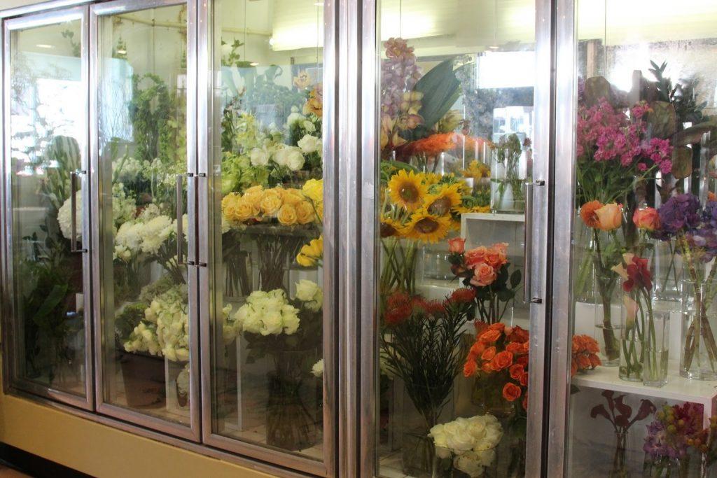 Kho lạnh có kính trưng bày hoa và trái cây